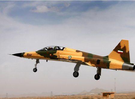 L'Iran esibisce aviogetti da combattimento nazionali per l'esportazione