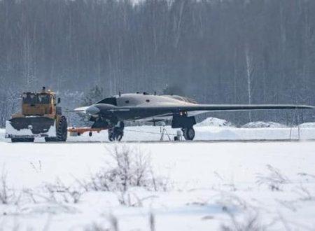 """Il drone """"invisibile"""" S-70 Okhotnik coopererà col velivolo """"invisibile"""" Su-57"""
