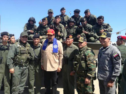 Il Presidente Nicolas Maduro guida la rivista della 41.ma Brigata corazzata