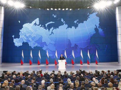 """Putin invita gli USA a calcolare """"gittata e velocità"""" delle nuove armi russe"""