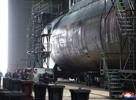 Il leader supremo Kim Jong Un ispeziona il nuovo sottomarino