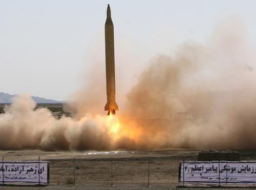 L'Iran mette in allerta le forze missilistiche contro le minacce statunitensi e inglesi