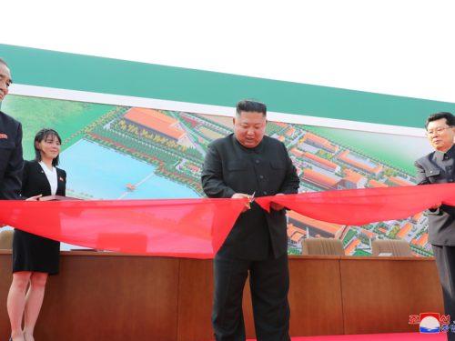 Il leader supremo Kim Jong Un inaugura la nuova fabbrica di fertilizzanti di Sunchon