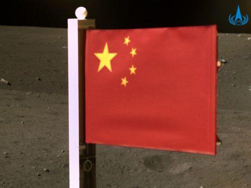 La sonda Chang'e-5 dispiega la bandiera cinese sulla Luna