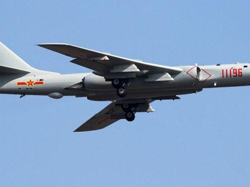 Bombardieri cinesi simulano un attacco a portaerei statunitensi presso Taiwan
