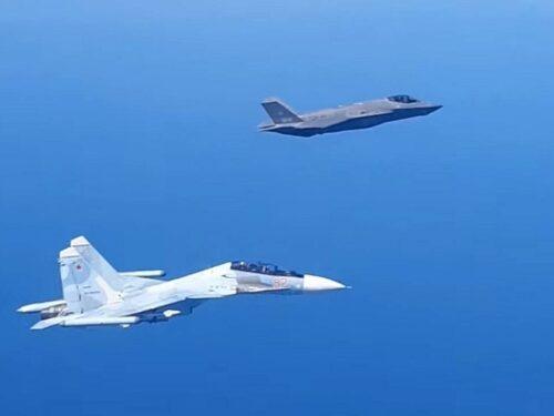 Un caccia Su-30SM russo scaccia un F-35 italiano sul Baltico