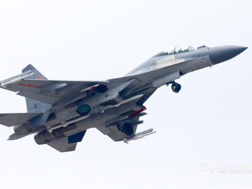 La Cina svela la versione da guerra elettronica del caccia J-16